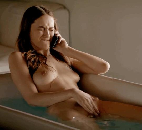 Болтает по телефону и натирает свой клитор в ванной
